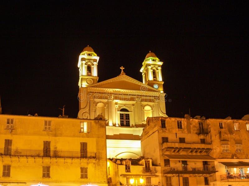 Türme St. John Baptist nachts lizenzfreie stockfotos