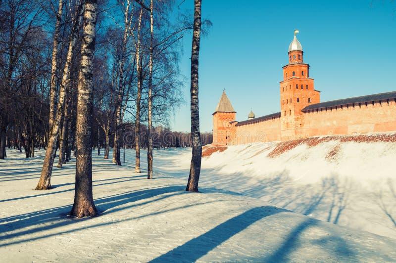 Türme Veliky Novgorod der Kreml am Wintertag in Veliky Novgorod, Russland, Panoramaansicht lizenzfreie stockfotos