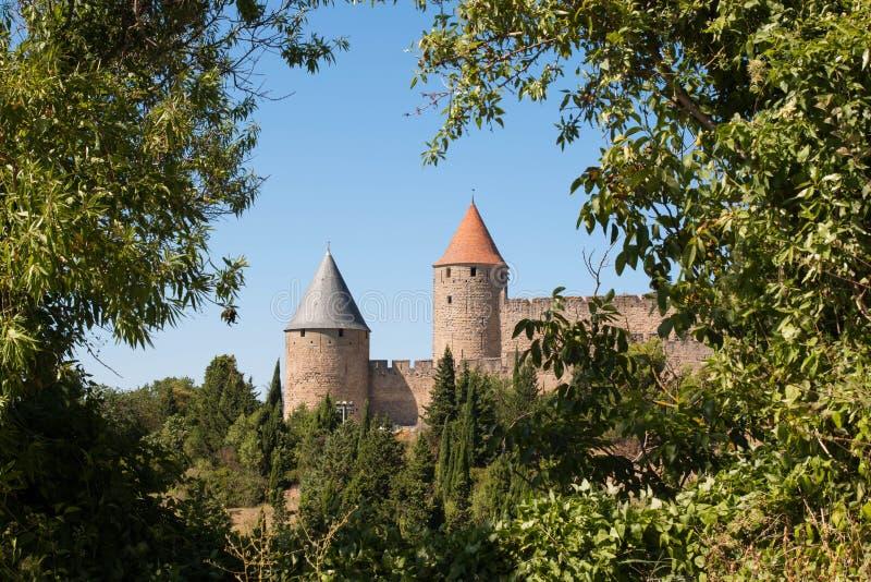 Türme von Carcassonne-Zitadelle gestaltet durch Bäume lizenzfreies stockfoto