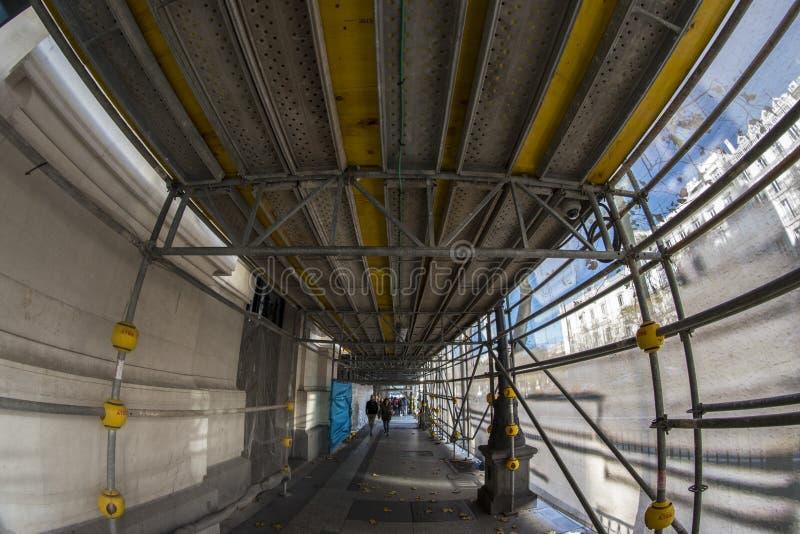 Türspionsansicht 180 eines Durchgangs für Arbeiten in den Straßen von Th lizenzfreie stockfotos