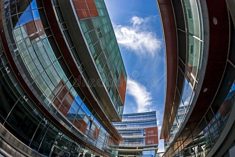 Türspionsansicht mit Geschäftsgebäuden Anschlussquadrat 02, Timisoara, Rumänien lizenzfreie stockbilder