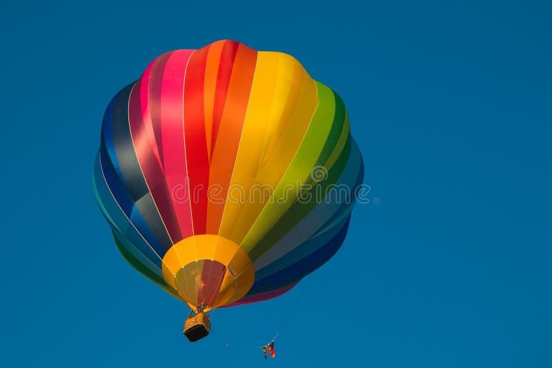 Tęcza gorący balon odizolowywający na błękitnym tle zdjęcia royalty free