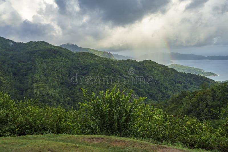 Tęcza i deszcz nad górami mahé i dżunglą, seychel zdjęcia stock