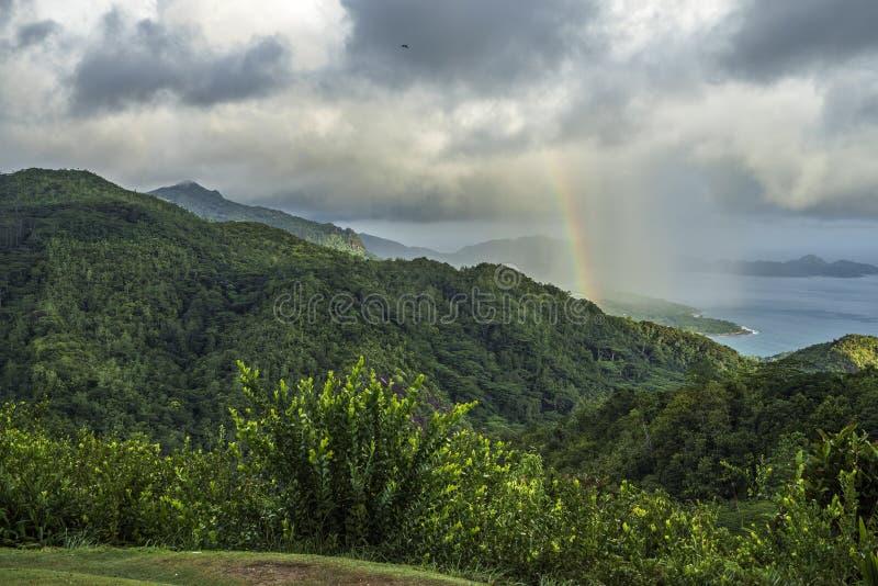 Tęcza i deszcz nad górami mahé i dżunglą, seychel obrazy stock