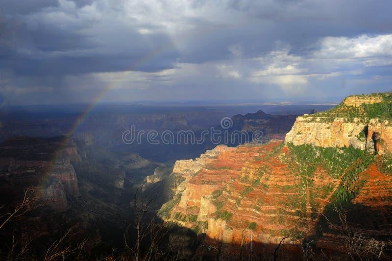Tęcza i deszcz nad Północnym obręczem Uroczysty jar obrazy royalty free