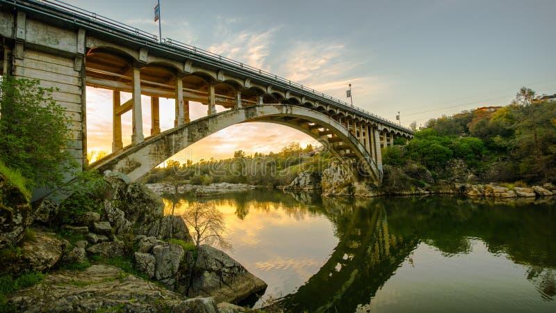 Tęcza most przy zmierzchem w Folsom, CA zdjęcie royalty free
