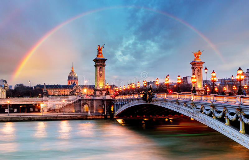 Tęcza nad Alexandre III mostem, Paryż, Francja fotografia royalty free