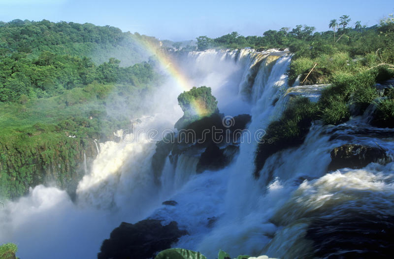 Tęcza nad Iguazu siklawami w Parque Nacional Iguazu przeglądać od Górnego obwodu, granicy Brazylia i Argentyna, fotografia royalty free