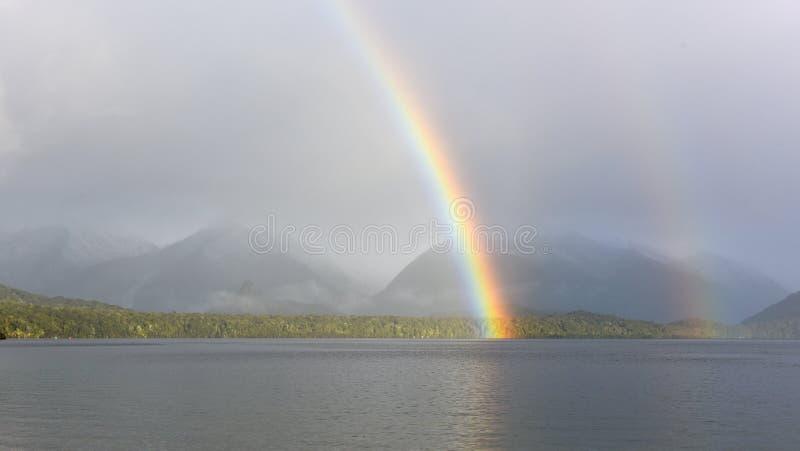 Tęcza nad jezioro Manapouri w Nowa Zelandia obrazy stock