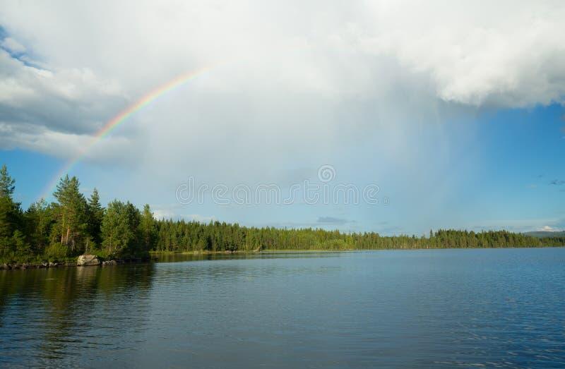 Tęcza nad szwedzkim jeziorem lato dzień obrazy royalty free