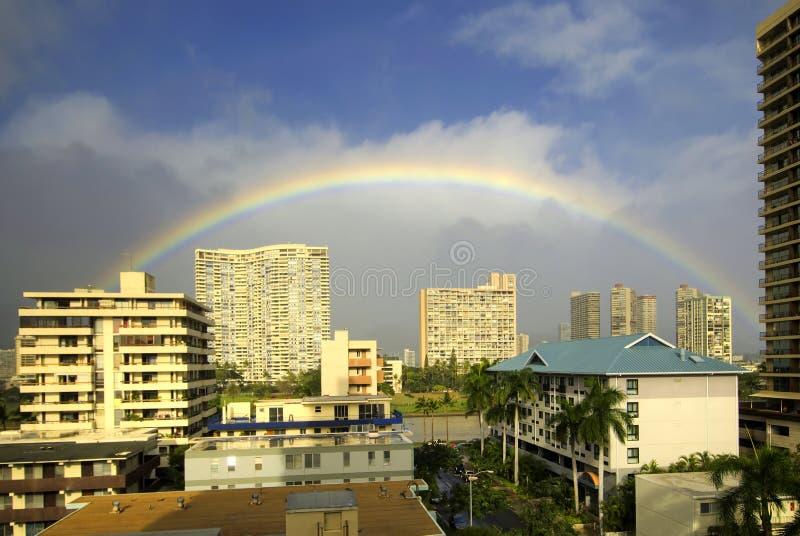 Tęcza nad wierzchołkiem budynki w Waikiki, Honolulu, Hawaje zdjęcie stock