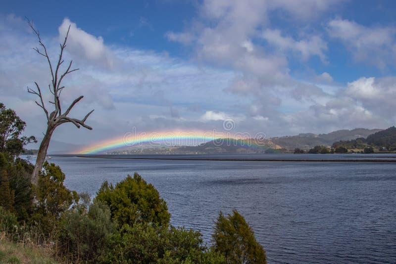 Tęcza nad ziemią przy kangur zatoką, Tasmania zdjęcia stock