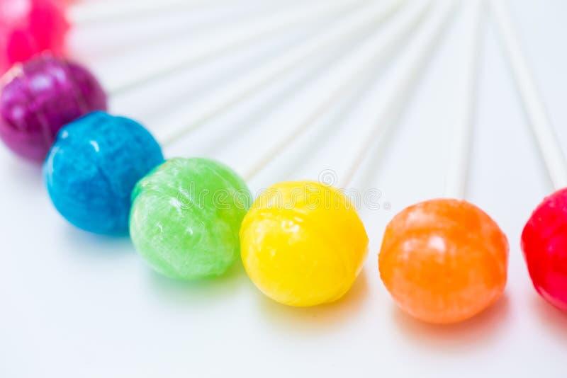 Tęcza projekt słodcy kolorowi lizaki fotografia stock