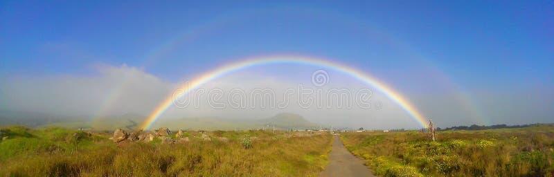 Tęcza przeglądać w otwartym polu w Waimea Hawaje obrazy stock
