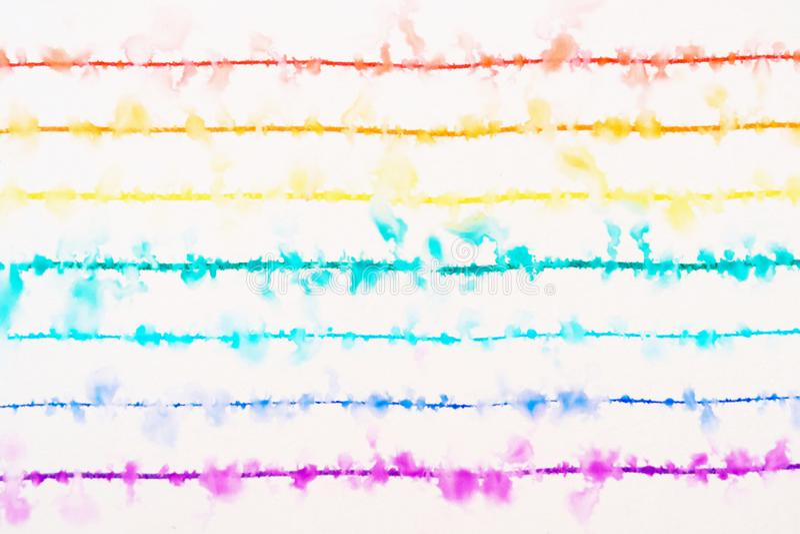 Tęcza rysująca z ciency barwioni pióra rozprzestrzenia w wodzie obraz stock