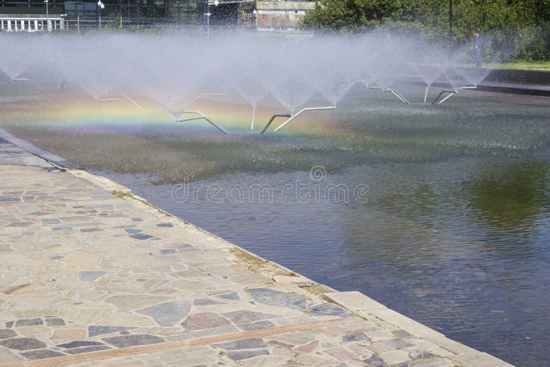 Tęcza w fontannie na słonecznym dniu obraz royalty free