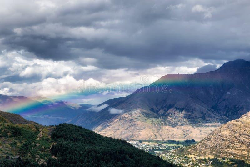Tęcza w górach Queenstown, Nowa Zelandia zdjęcia royalty free