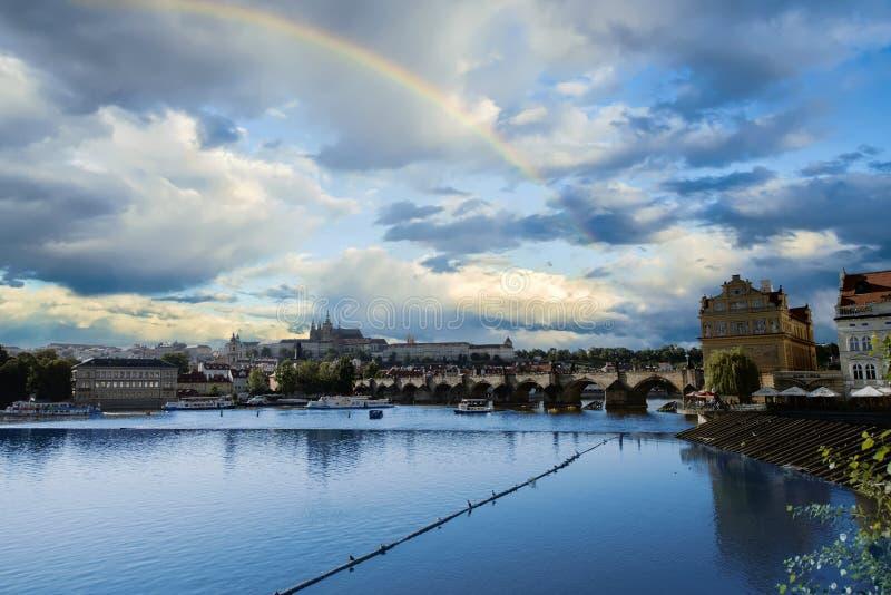 Tęcza w niebie nad Praga Czechia zdjęcia stock