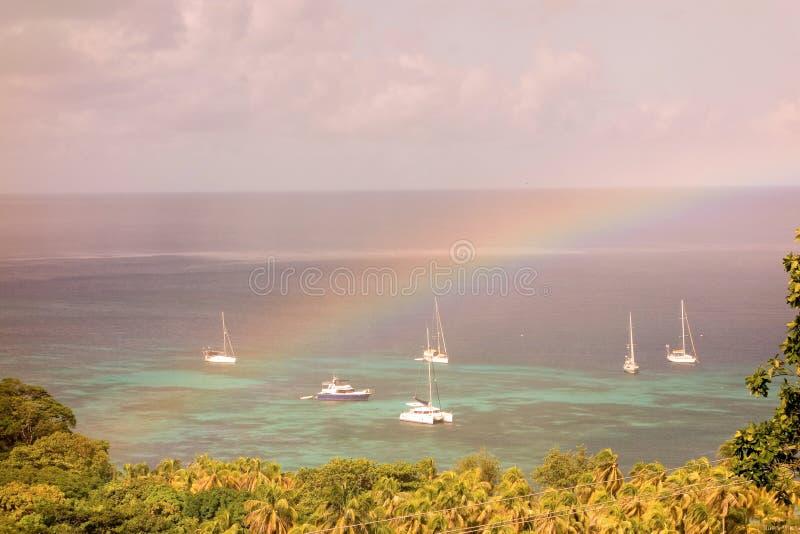 Tęcza wysklepiająca nad jachtami przy Bequia fotografia stock