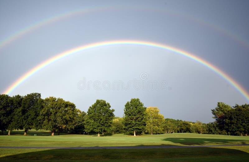 Tęcza z wiele cieniami błękit nad polem golfowym zdjęcia royalty free