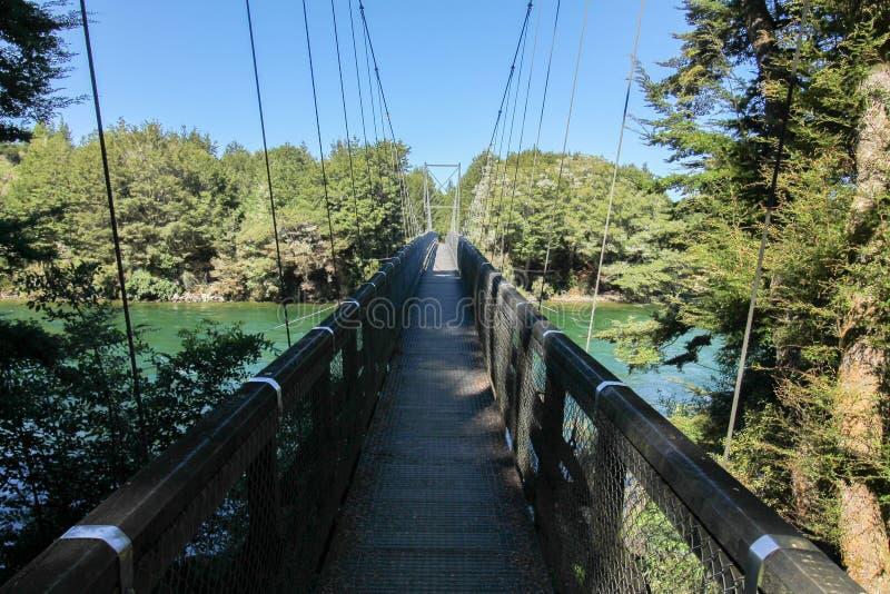 Tęcza zasięg Kepler śladu most nad Waiau Rzecznym czystym niebem obrazy stock