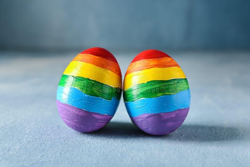 Tęcze malujący jajka na koloru stole LGBT poj?cie obrazy royalty free