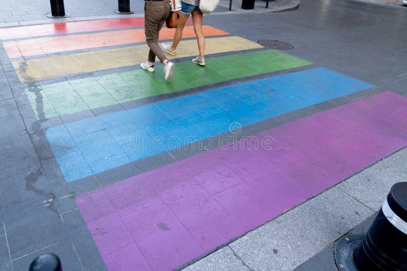 Tęczowy, kolorowy chodnik w lesbijskiej dumie gejów w mieście Bordeaux Francja zdjęcie royalty free
