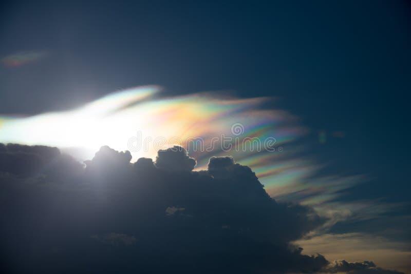 Tęczy chmura z widma światłem, rzadki zjawisko w lecie fotografia stock