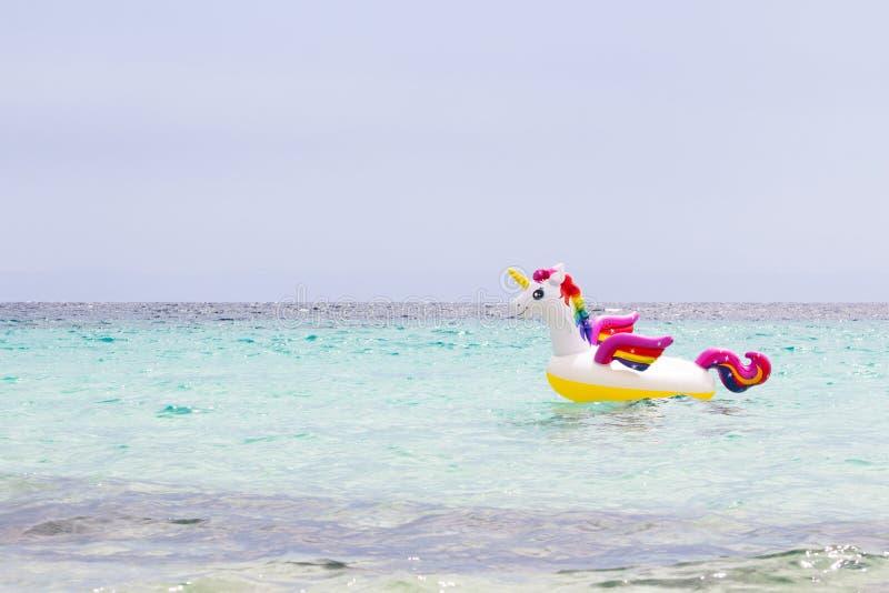 Tęczy nadmuchiwana jednorożec w morzu cieszy si? lato Urlopowy i podr?? poj?cie kosmos kopii fotografia stock