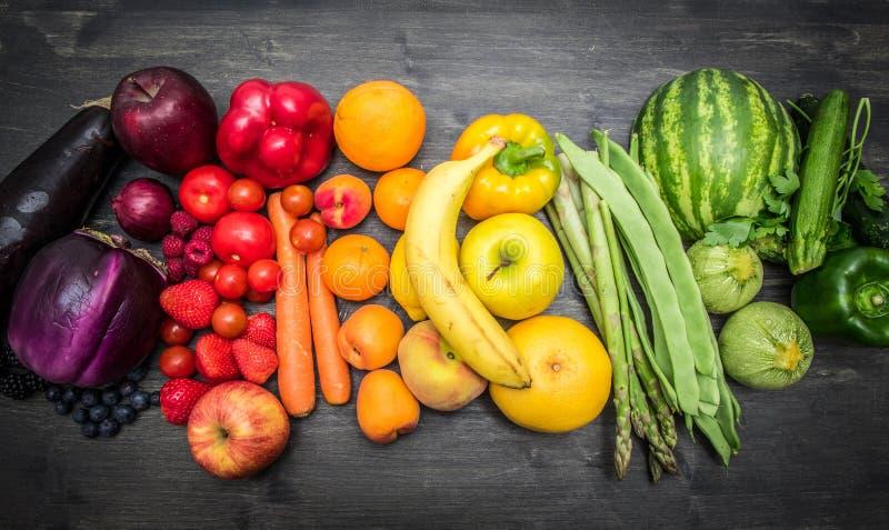 Tęczy owoc i warzywo na drewnie obrazy stock