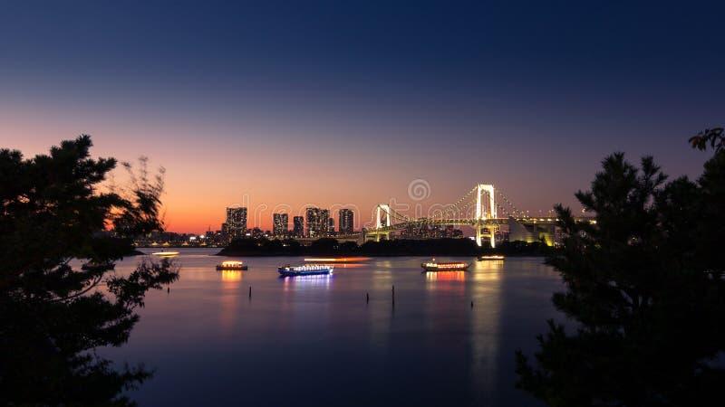 Tęczy Tokio i most trzymać na dystans, Odaiba, Japonia obrazy stock