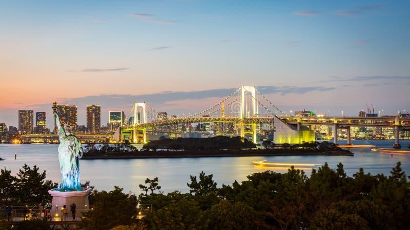 Tęczy Tokio i most Trzymać na dystans przy Odaiba miastem, Japonia zdjęcie royalty free