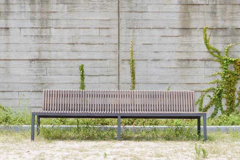 Tęsk ławka przed białą ścianą zdjęcie stock