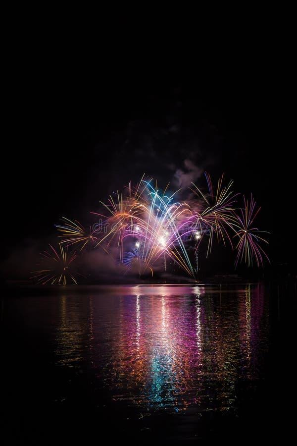 Tęsk kolorowi ogony fajerwerki nad nawierzchniową Brno tamą z jeziornym odbiciem zdjęcie royalty free
