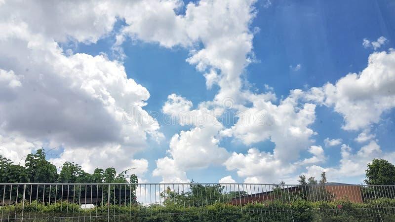 Tęsk ogrodzenie i niebieskie niebo obraz stock