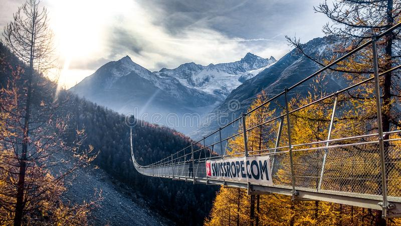 Tęsk zawieszał bridżowego skrzyżowanie abysm w Szwajcaria zdjęcie royalty free