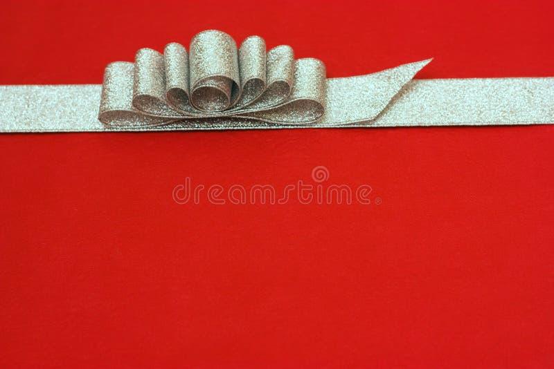 tła łęku prezenta czerwony faborku srebro niektóre zdjęcia stock