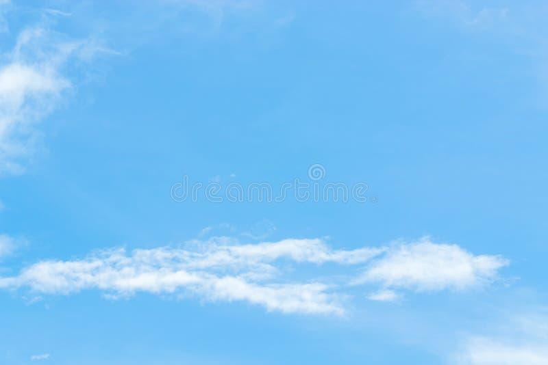 tła błękit chmurnieje niebo malutkiego Białe puszyste chmury w obraz stock