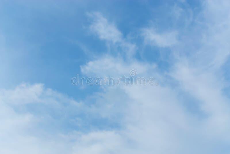 tła błękit chmurnieje niebo malutkiego Białe puszyste chmury w fotografia stock