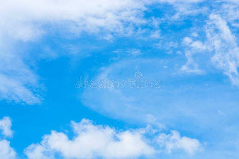 tła błękit chmurnieje niebo malutkiego Białe puszyste chmury w zdjęcia stock