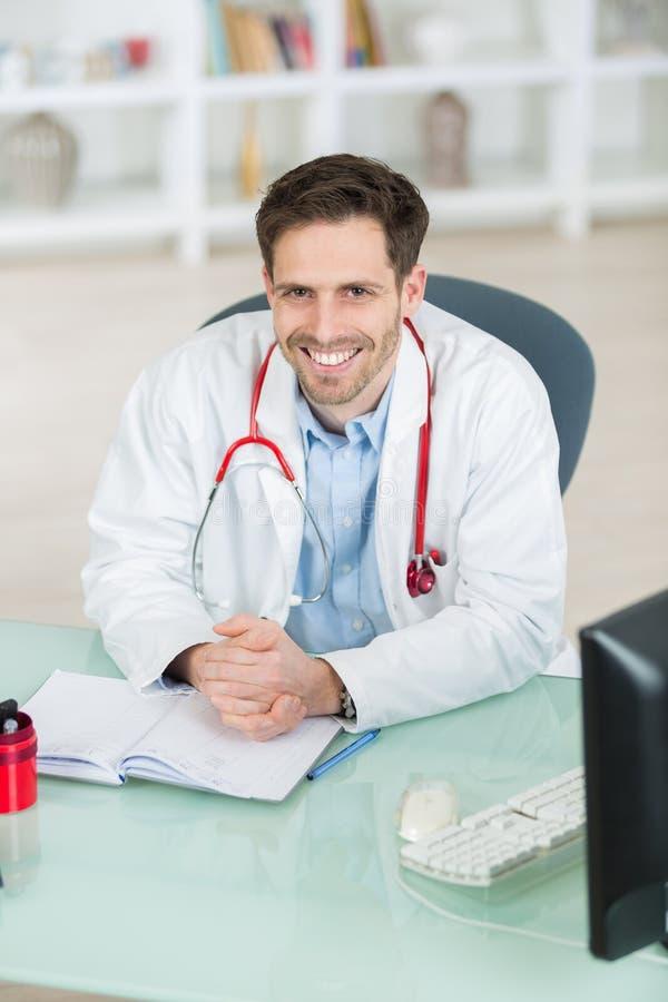 tła błękit lekarki medyczny nadmierny uśmiechnięty stetoskop obrazy stock