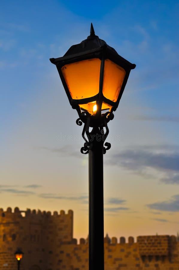 tła błękitny półmroku lampowa nieba ulica obrazy stock