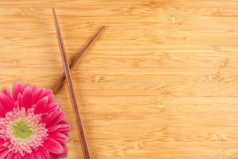 tła bambusowy chopsticks stokrotki gerber zdjęcie royalty free