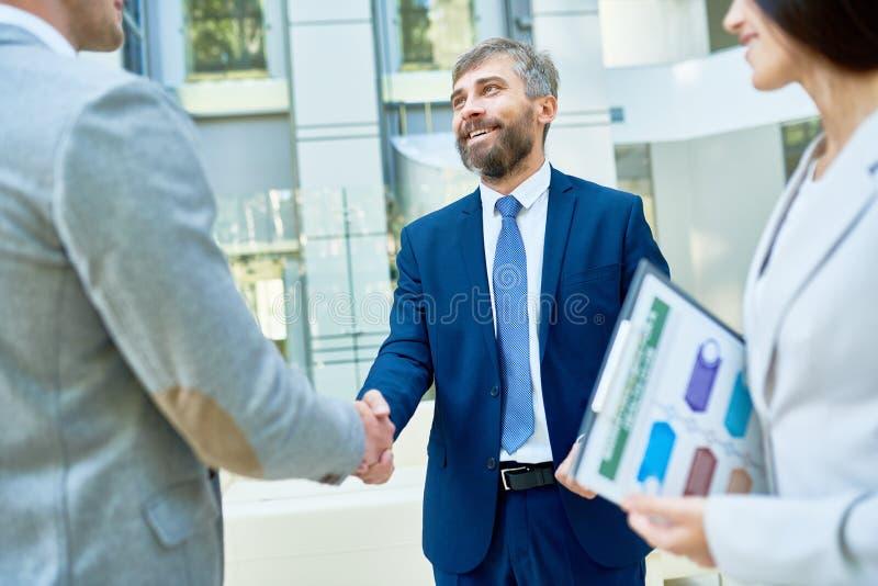 tła biznesowego uścisk dłoni odosobneni partnery biały zdjęcia royalty free