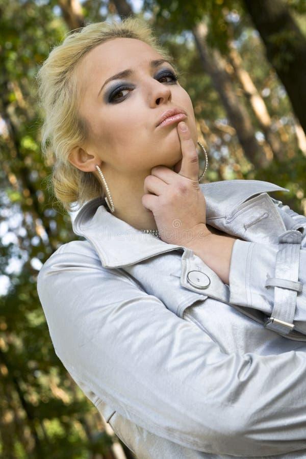 tła blondynki parka drzew kobiety potomstwa zdjęcia royalty free