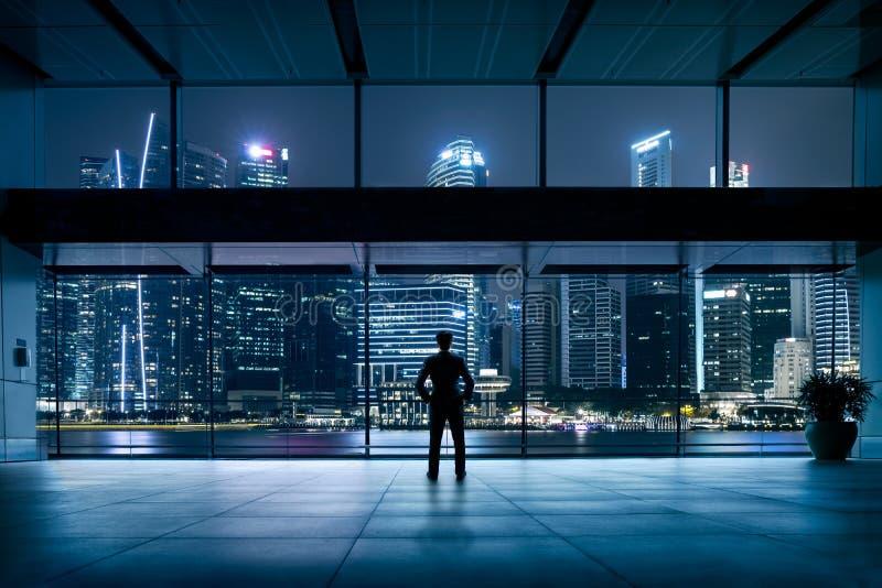tła brainstorming biznesowy bizneswomanu leek target1104_0_ target1105_0_ wysokiego główkowanie w górę wzroku target1110_0_ biel obrazy stock