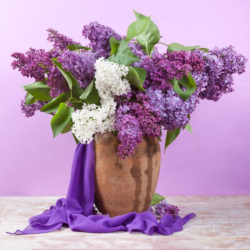 tła bukieta dekoracyjna ilustracyjna wiosna Leluja dolina i bez w wazie obrazy stock