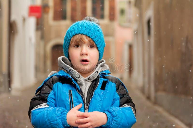 tła chłopiec śliczny odosobniony trochę nad portreta biel zdjęcie stock
