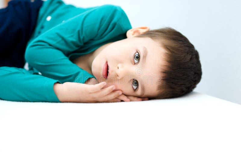 tła chłopiec śliczny odosobniony trochę nad portreta biel obrazy stock