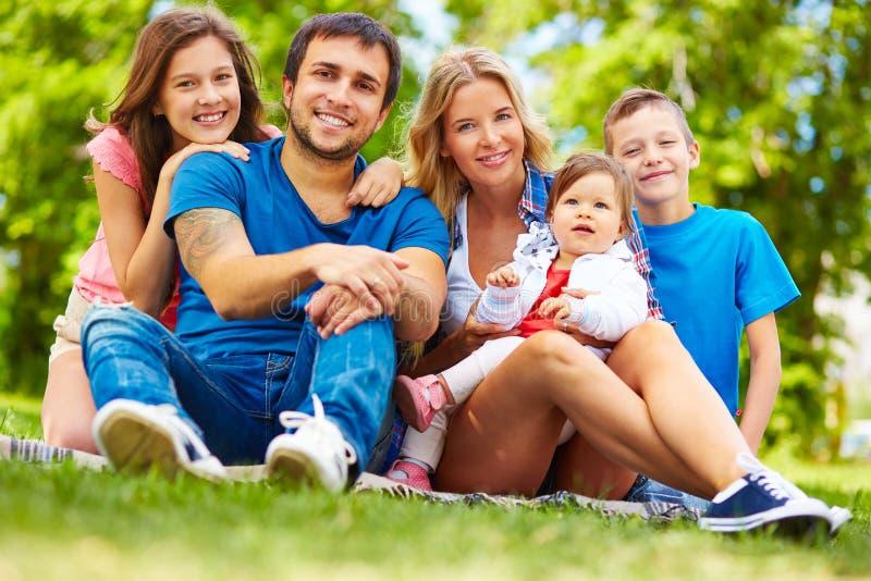 tła chłopiec obejmowania rodzinna ojca dziewczyna jego mała mężczyzna matki parka stawu żona zdjęcia stock